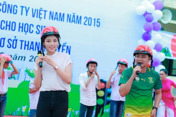 Người đẹp 9x cùngnghệ sĩ Tự Long,Xuân Bắc diễn kịchtuyên truyền về luật lệ giao thông cũng như cách đội mũ bảo hiểm đúng cách cho các em học sinh.