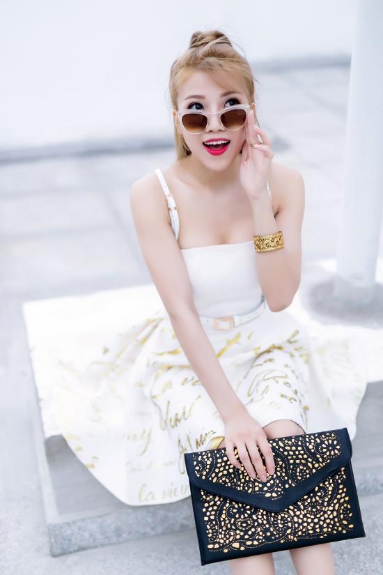 Chung Thanh Phong đã dành cho Trang Pháp những bộ cánh phù hợp với vóc dáng và hình ảnh cá tính, quyến rũ mà cô đang hướng tới cho những dự án tiếp theo của mình.