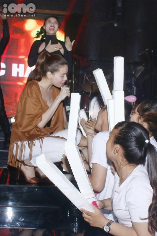 Nữ ca sĩ thân thiện bắt tay fans.