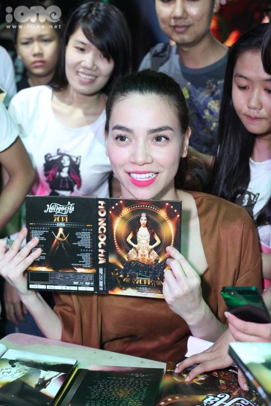Kết thúc buổi offline, Hồ Ngọc Hà quyết định nán lại kí tặng cho tất cả các fans đã mua DVD