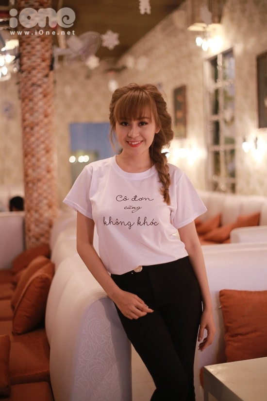 Chiều 30/1, hot girl Huyền Anh tham gia buổi giao lưu ký tặng sách tác giả Thuỷ Anna bất ngờ vừa cho ra mắt tập thơ Cô đơn cũng không khóc
