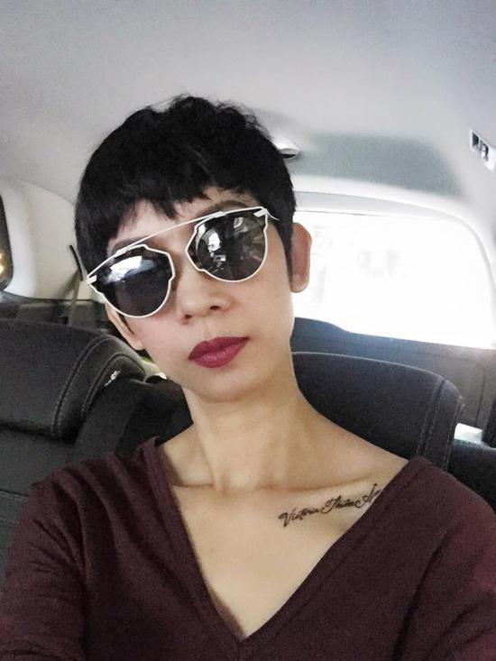 Sự độc đáo trong kiểu dáng giống như một món đồ nghệ thuật giúp cặp mắt kính này chinh phục nhiều xì ta, hot girl.