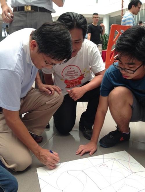 Các bạn ấy còn được làm trắng bạc miễn phí, giải toán do các thầy đến từ Câu lạc bộ Vườn Ươm Tài năng của Giáo sư Ngô Bảo Châu thách thức, dựng mô hình Ngôi nhà mơ ước, xây cầu tự đứng vững theo thiết kế Leona Da Vinci& trong Ngày hội Khoa học ứng dụng Chương trình gồm các trò chơi, thí nghiệm của các bộ môn Toán, Lý, Hóa, Sinh, Công Nghệ, diễn ra tại sảnh Giảng đường của trường THPT FPT với sự tham gia của học sinh khối 10, 11 và câu lạc bộ Vườn ươm Tài năng Toán học của Giáo sư Ngô Bảo Châu. Mặc dù chỉ diễn ra trong hơn 2 tiếng đồng hồ, nhưng trong thời gian đó, các teen FPT được học rất nhiều điều bổ ích, những thứ mà trước đây chỉ có trên sách vở.