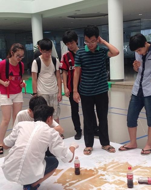 Thí nghiệm Coca Cola và Mentos được teen FPT nhiệt tình tham gia tại Ngày hội