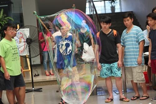 Bong bóng khổng lồ bằng xà phòng lôi kéo được rất nhiều teen tham gia thử nghiệm