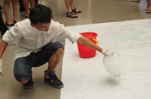 Thực hiện thí nghiệm bong bóng đá khô các bạn ấy phải đeo găng tay cẩn thận để tránh bị bỏng