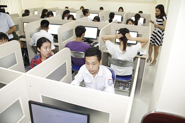 Đã có 3 thí sinh bị đình chỉ vì mang điện thoại vào phòng thi trong kỳ thi đánh giá năng lực vào Đại học Quốc gia Hà Nội