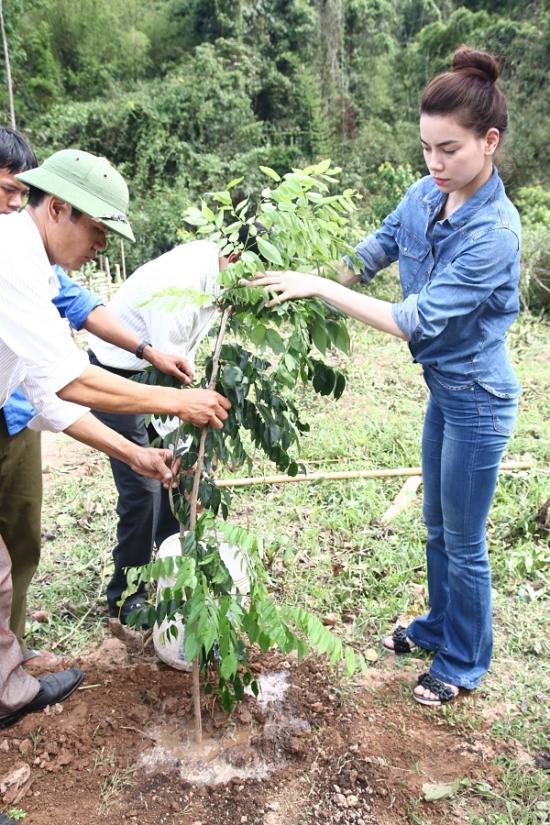 Nằm trong kế hoạch các hoạt động cộng đồng xã hội 2015, hơn 1 tháng nay, Hồ Ngọc Hà kết hợp cùng tỉnh đoàn Quảng Bình, vận động và triển khai xây dựng trường học cũng như trao tặng một số trang thiết bị cho 2 trường miền núi vùng xa.