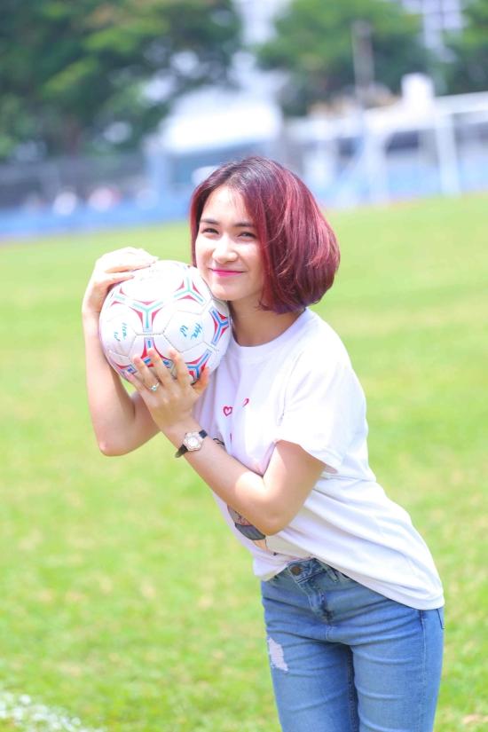Nữ ca sĩ sẽ thẳng thắn chia sẻ chuyệnđược nghệ sĩ Hoài Linh khuyến khích đổi tên đến cả mối quan hệ tình cảm của cô với chàng cầu thủ bóng đá Công Phượng.