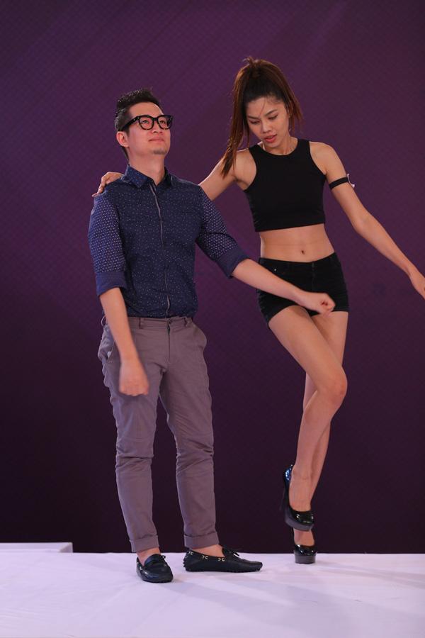 Chưa dừng lại ở đó, cô nàng còn mời cả giám khảo nam duy nhất của chương trình  Nhiếp ảnh gia Samuel Hoàng  lên nhảy cùng. Với sự quyến rũ trong điệu nhảy cùng sự tự tin thể hiện tài năng của thí sinh này, GK Samuel Hoàng đã đỏ mặt trước nét đẹp hiện đại của Lê Thị Kim Huệ.