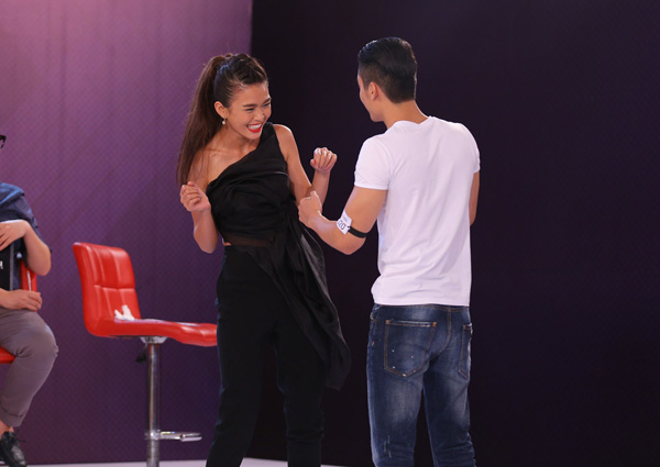 Anh chàng còn vô cùng tinh tế khi mời từng vị giám khảo nữ là Mâu Thủy  Quán quân Vietnams Next Top Model 2013 và NTK Thủy Nguyễn, nhảy một điệu riêng biệt. Chính sự nhẹ nhàng và phong cách quý ông của anh chàng, các giám khảo nữ của chương trình đã có một buổi phỏng vấn đáng nhớ.