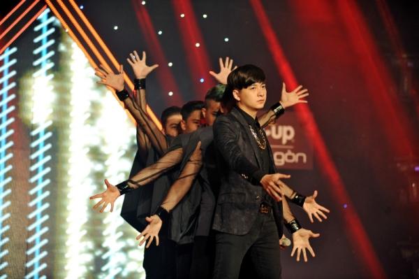 Ngô Kiến Huy tham dự chương trình với tư cách là nghệ sĩ khách mời đặc biệt. Nam ca sĩ điển trai đa tài đã gởi tặng khán giả ca khúc Đêm tuyệt vời tạo nên một cái kết thật đẹp cho đêm gala chung kết Sao là Sao.