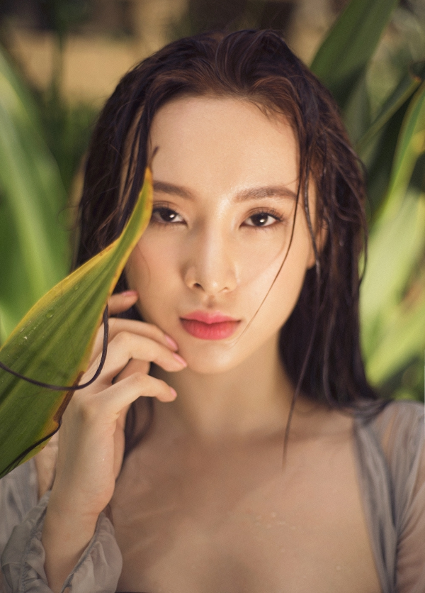 Angela-Phuong-Trinh12-1980-143-2701-9703