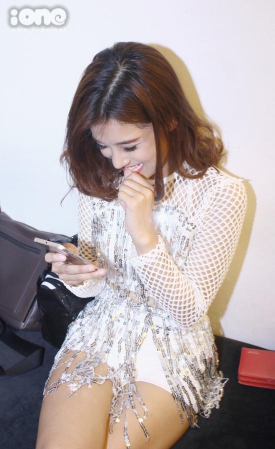 Hoàng Yến Chibi thường xuyên cắn móng tay và nghiện điện thoại.