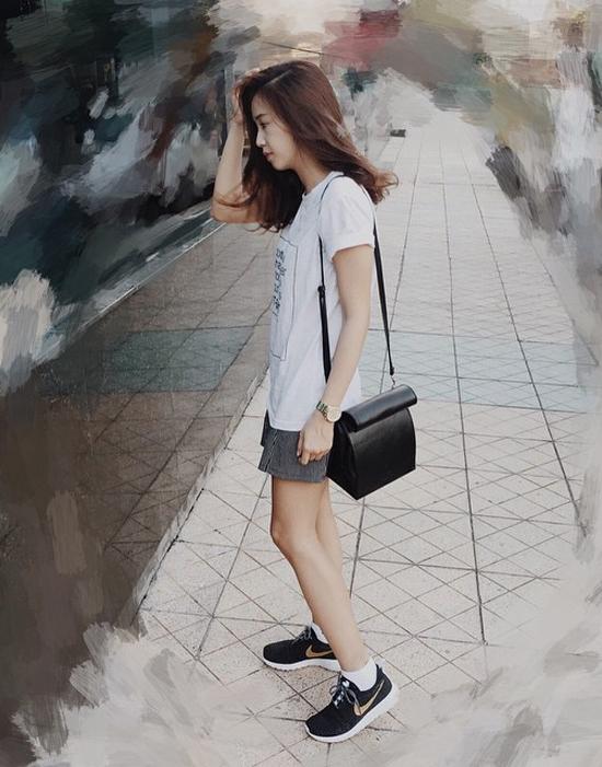 """Đôi giày """"ruột"""" được Sa Lim mê nhất trong tủ đồ là giày Nike Roshe Run có giá khoảng 1,5 triệu đồng. Với đôi giày thể thao này, cô nàng có thể kết hợp với đủ kiểu đồ mà không chỉ dừng lại ở trang phục theo phong cách xì po thông thường."""