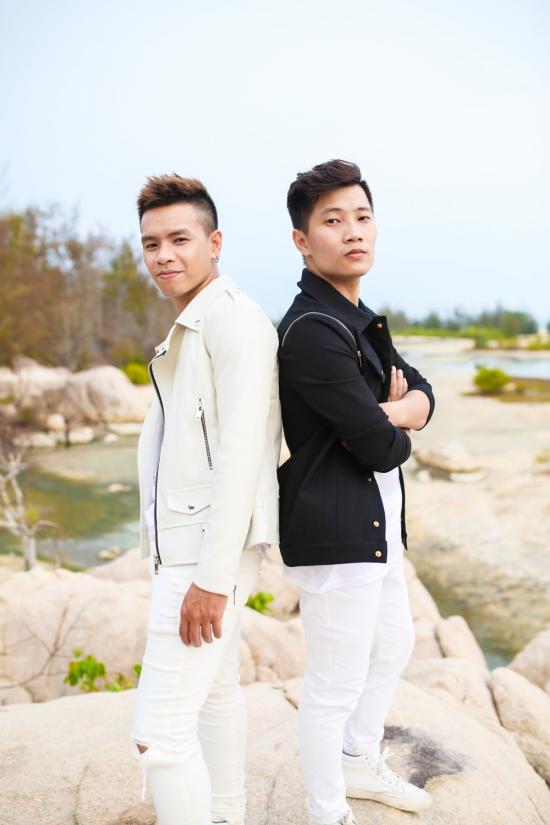 """Nói về OPlus trong thời gian vừa qua, trưởng nhóm Quang Minh chia sẻ: """"OPlus là một nhóm nhạc có sự khởi đầu khá đặc biệt. Đã từ lâu OPlus ấp ủ một dòng nhạc, một định hướng, và một hình ảnh riêng cho nhóm. Đó là kết tinh của những gì trẻ trung, tràn đầy năng lượng, nhiệt huyết, và hoài bão của tuổi trẻ chúng tôi đã mơ ước được thực hiện. Sau thành công của X-Factor 2014, hình ảnh OPlus được định hình một cách khá cứng cáp, lịch thiệp. Thời gian qua là khoảng lặng vừa đủ để chúng tôi chuẩn bị cho một sự thay đổi. Chúng tôi muốn trở thành một nhóm nhạc đa chiều, nhiều màu sắc. Khi cần chúng tôi có thể chững chạc, lịch lãm nhưng trên hết, chúng tôi muốn khẳng định rằng chúng tôi trẻ, và rất... """"quậy"""". Đó sẽ là một OPlus mà mọi người được thấy trong thời gian tới, đầu tiên là với MV Sống Đúng Chất."""""""