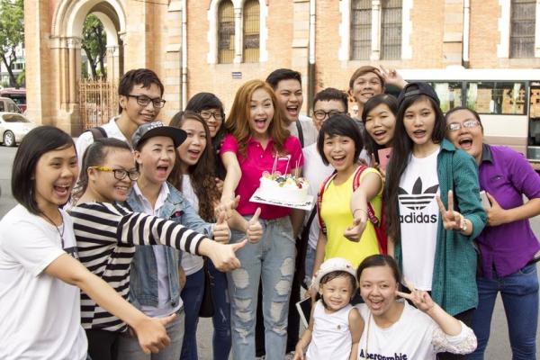 Nữ ca sĩ hạnh phúc đón tuổi mới trong vòng tay fan.