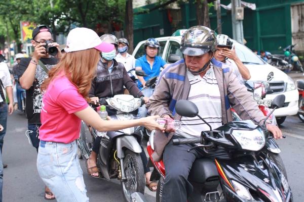Nhiều người đi đường tỏ ra bất ngờ khi thấy Minh Hằng không ngại đội nắng trao quà cho từng người.