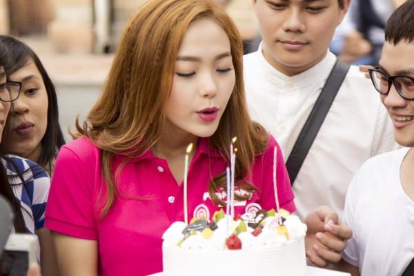 Minh Hằng cầu nguyện và thổi nến trong tiếng hát mừng sinh nhật của người hâm mộ.