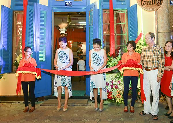 Mc Thanh Vân rạng rỡ trong ngày khai trương cơm gà Bà Đầm