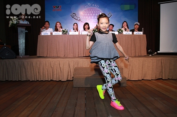 Quán quân Bước nhảy Hoàn vũ nhí Linh Hoa tự tin khoe khả năng