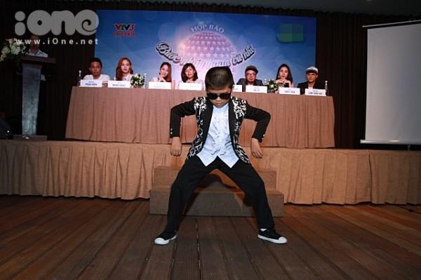 Bé Minh Khang cũng mang đến màn trình diễn