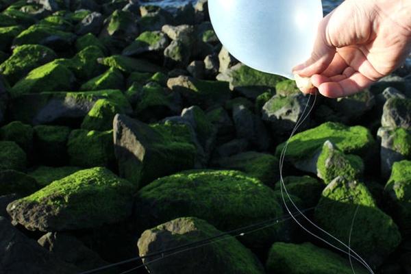 Chỉ cần thổi phòng, sau đó cột vào dây câu, bạn sẽ có một phao câu cá cực kỳ linh động và dễ thấy.