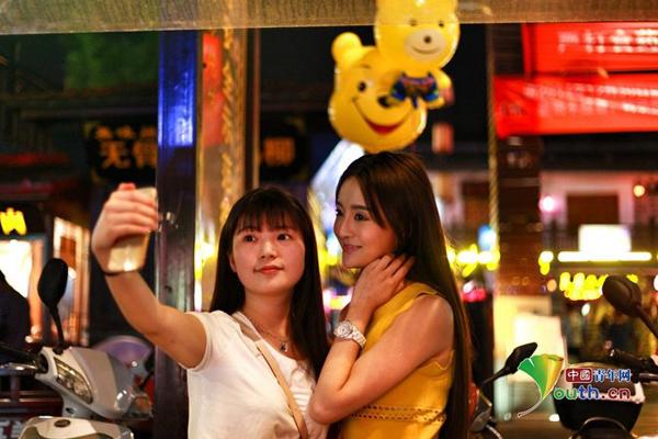 """Vẻ xinh đẹp của Giai Như khiến cô nổi tiếng trên mạng và được đặt biệt danh là """"nữ đầu bếp xinh đẹp nhất thành phố Hàn Trung"""". Nhiều khách hàng ái mộ đến ăn và xin chụp ảnh chung."""