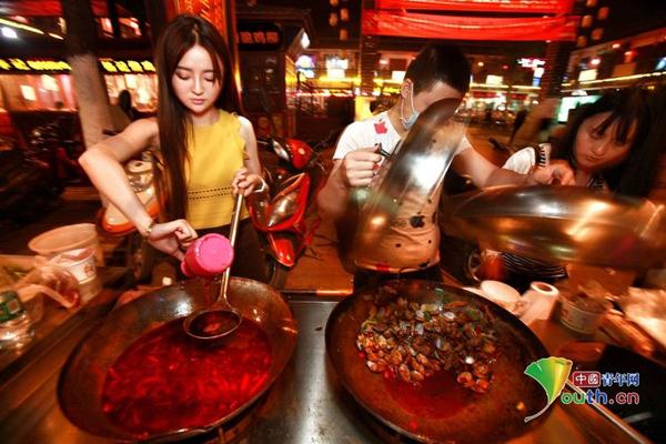 Mới mở hàng sò lụa xào cay ngoài phố ăn vặt ở Hàn Trung (tỉnh Thiểm Tây, Trung Quốc) được một tháng, cô gái 22 tuổi Triệu Giai Như đã thu hút rất nhiều sự chú ý của khách dạo phố. Giai Như có gương mặt xinh xắn, vóc dáng cao ráo, mái tóc dài dịu dàng, mặc váy đi giày cao gót đứng bán hàng ven đường khiến nhiều người lầm tưởng là cô mẫu nào.