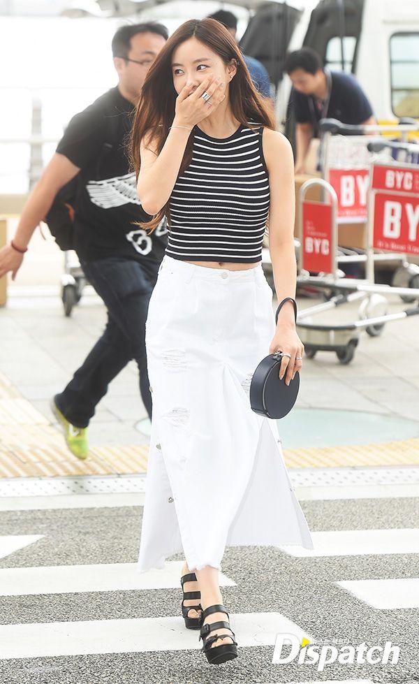 Áo crop top khoét nách giúp Hyo Min khoe vòng eo nhỏ xíu của mình, bộ cánh của thành viên T-ara mang đậm phong cách cổ điển với quần jean ống rộng, giày quai dày, có khóa.