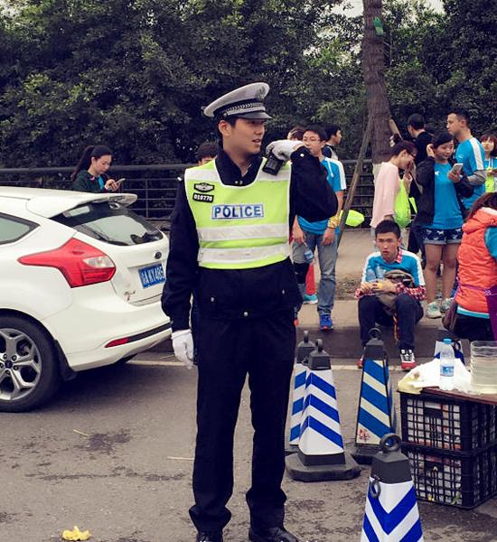 """2. Anh cảnh sát giao thông chân dài được ví như Hà Dĩ Thâm (nhân vật do Chung Hán   Lương đóng trong bộ phim Bên nhau trọn đời) khiến các bạn trẻ Trung Quốc, đặc biệt là   các bạn nữ, """"phát cuồng"""" chạy theo bao vây chụp ảnh."""