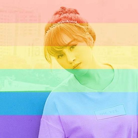Huyền Anh cũng nhanh chóng thay ảnh đại diện hưởng ứng phong trào cùng cộng đồng LGBT.