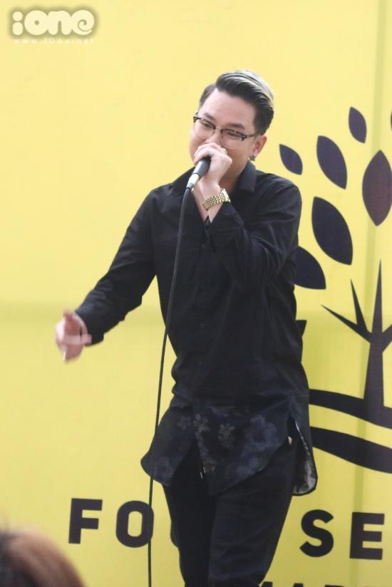 Rapper Andree không chỉ đến tham dự, anh chàng còn dành tặng cho những người đến tham dự phiên chợ 2 ca khúc I Like You và Đừng mưa em ơi - đây là ca khúc lần đầu tiên nam ca sĩ trình diễn trước khi chính thức công bố đến khán giả.