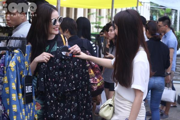 Ngọc Thảo còn trổ tài phối trang phục cho cô bạn thân Mi Lan.