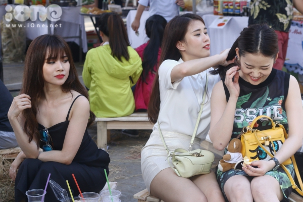 Sĩ Thanh tỏ vẻ 'gato' khi Ngọc Thảo đích thân cột tóc cho hot girl Mi Lan.