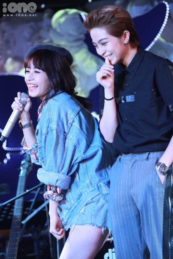 Mở màn buổi offline, Chi Pu đã dành tặng khán giả ca khúc My everything cực dễ thương. Khi trình diễn đến hơn nữa bài, Chi Pu bất ngờ di chuyển xuống hàng ghế khán giả
