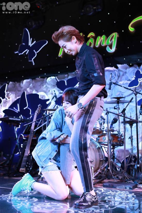 Những cử chi thân mật mà Chi Pu dành cho Gil Lê luôn phù hợp với từng câu hát của ca khúc khiến fan hò hét không ngừng.
