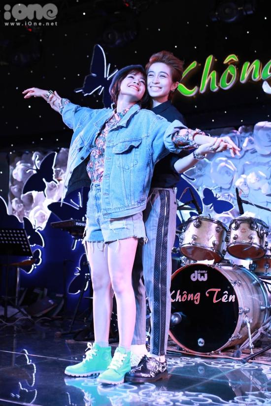Sau khi kết thúc màn trình diễn, Chi Pu phủ phàng 'đuổi' Gil Lê về lại hàng ghế khách mời khiến khán giả bật người thích thú.