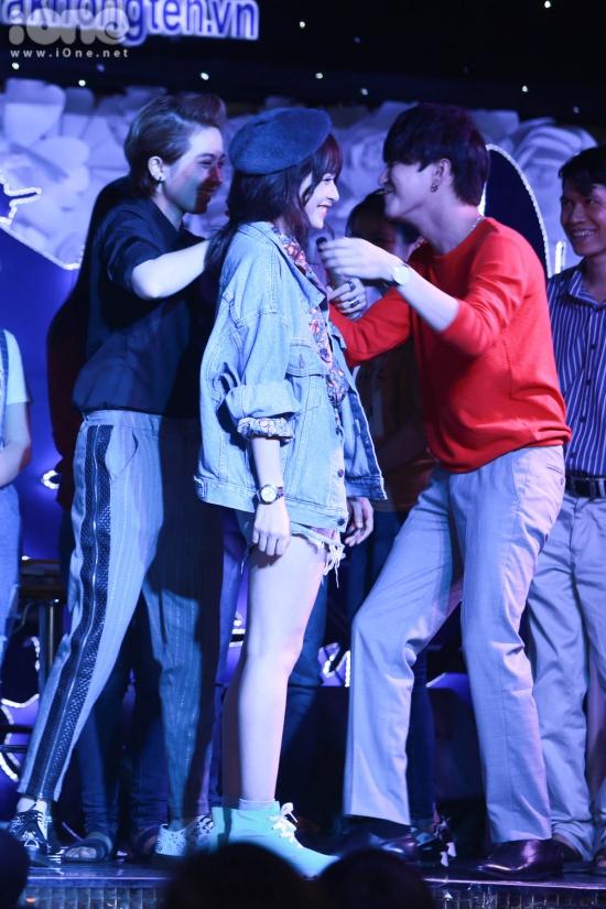 Các nghệ sĩ cùng người hâm mộ tham gia trò chơi chuyền thun bằng miệng, ở trò chơi này, khi Bê Trần chủ động đứng cạnh Chi Pu thì Gil Lê 'nổi máu ghen' lập tức tách cả hai ra và đứng vào giữa.