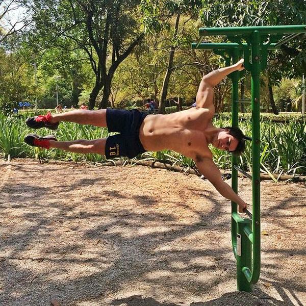 Anh có thể hình đẹp, sức sống mạnh mẽ nhờ chăm chỉ tập gym và thể dục thể thao. Những   động tác của anh khiến không ít người phải trầm trồ thán phục.
