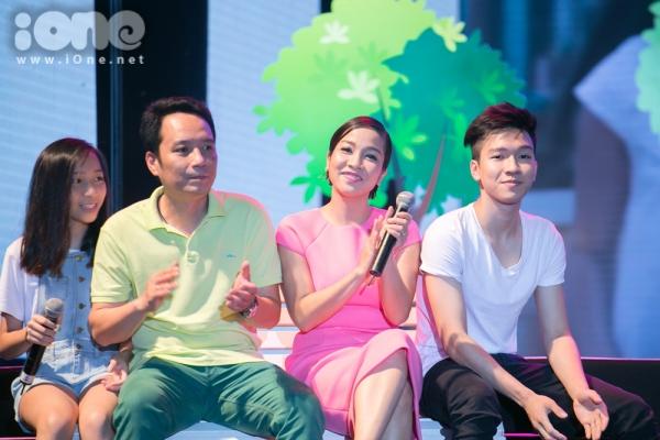 Gia đình Mỹ Linh cực hạnh phúc trên sân khấu.