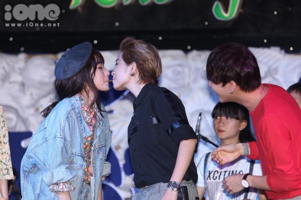Vì cộng thun quá nhỏ, cả hai suýt hôn nhau khiến khán giả thót tim.