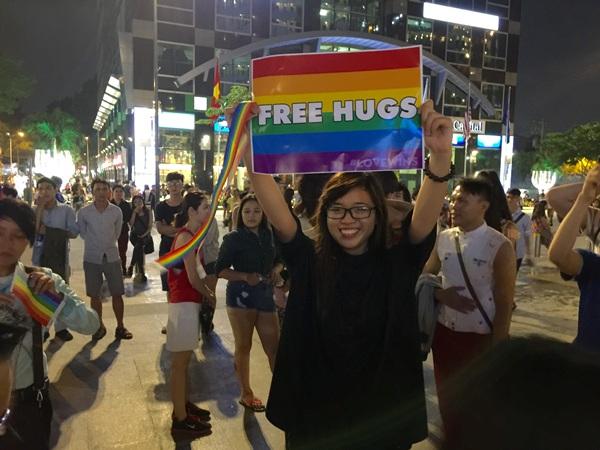 Những tấm biển free hug trang trí 6 màu (biểu tượng LGBT) được cầm lên không chỉ bởi LGBT m
