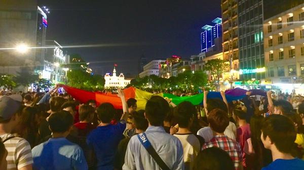 Một lá cờ LGBT khổng lồ được giăng ra ngay giữa quảng trường.