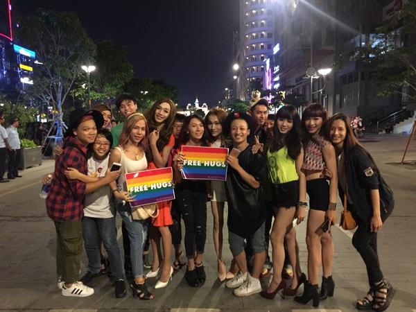 Sự kiện cũng thu hút đông đảo bạn trẻ chuyển giới. Anh chàng dancer Tô Lâm cũng góp vui trong sự kiện LGBT rầm rộ