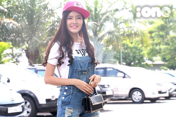 Chiều Sài Gòn nắng nóng nhưng cô nàng búp bê vẫn giữ nụ cười tươi tắn trước giờ trò chuyện cũng độc giả iOne.