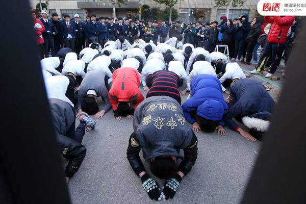 Tháng 11/2014, hơn 640.000 học sinh Hàn Quốc tham dự kỳ thi tuyển sinh ĐH-CĐ toàn   quốc, một kỳ thi có ý nghĩa vô cùng quan trọng. Các học sinh khóa dưới tụ tập trước các   điểm thi để cổ vũ tinh thần cho các sĩ tử, thậm chí còn quỳ gối dập đầu để cầu nguyện   cho các thí sinh.