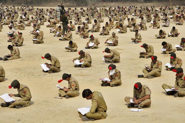 Hơn 2.000 sinh viên trường cảnh sát ngồi bệt trên nền đất tham gia kỳ thi thăng cấp tại   thành phố Allahabad ở Ấn Độ ngày 5/2/2012. Ảnh: Jitendra Prakash/Reuters.