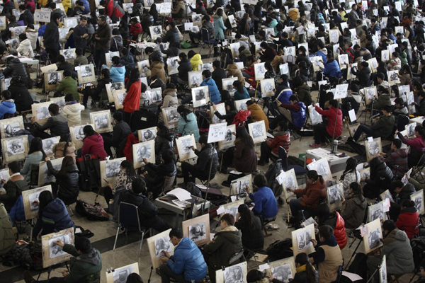 Hàng nghìn thí sinh ngồi san sát nhau thi vẽ trong kỳ thi vào các trường ĐH-CĐ chuyên   ngành nghệ thuật ở Tế Nam, tỉnh Sơn Đông, Trung Quốc vào ngày 10/2/2014. Ảnh: China   Daily/Reuters.