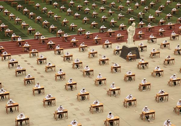 Ngày 25/5/2015, hàng nghìn sinh viên trường cao đẳng y tế ở Bảo Kê, Thiểm Tây, Trung   Quốc làm bài thi tốt nghiệp ngoài trời tại sân vận động của trường. Mỗi thí sinh ngồi một bàn và mặc trang phục áo trắng của ngành y.